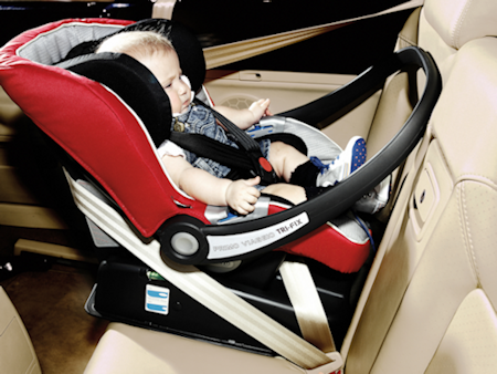 basson baby autostol viaggio montering på universal base tri fix